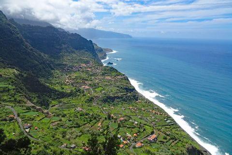 Betagande vandringspanorama på kusten av Sao Jorge