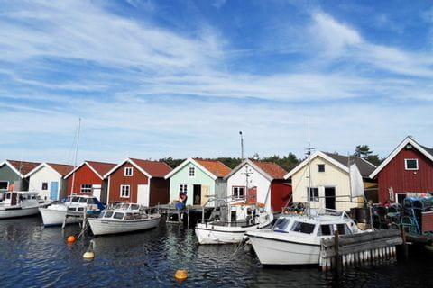 Bootshäuser entlang des Weges