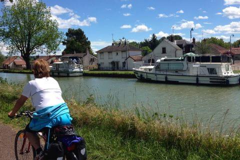 Cyklist längs Loire floden