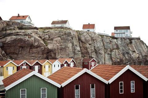 Typisch schwedische Sommerhäuser am Meer
